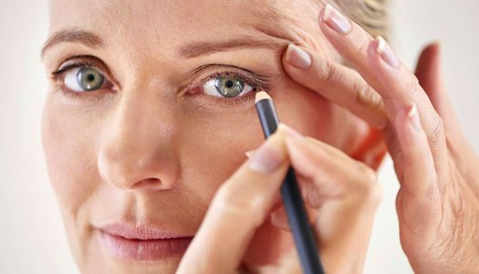 """Eye Makeup for Older Women: Application on """"Heavy Eyelids"""" and Other Tricks (Video)"""